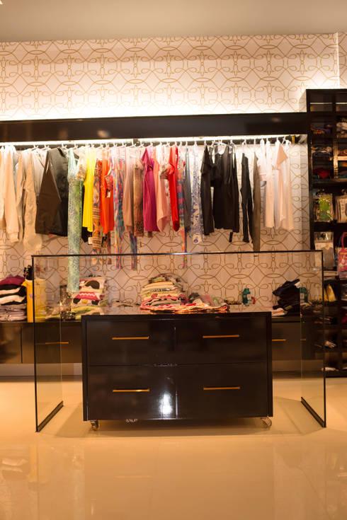 FLORENÇA LINGERIE STORE: Lojas e imóveis comerciais  por Veridiana Negri Arquitetura