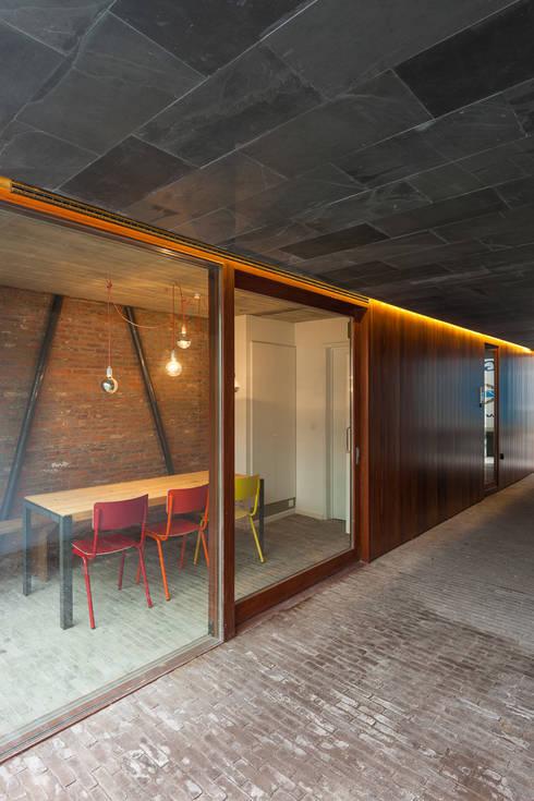 studios HKS: Salle à manger de style de style Moderne par P8 architecten