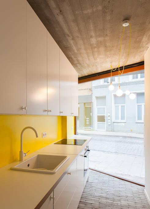 studios HKS: Cuisine de style de style Moderne par P8 architecten