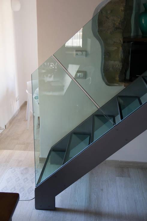 Dettaglio scala in acciaio e cristallo: Ingresso & Corridoio in stile  di Massimo Neri architetto
