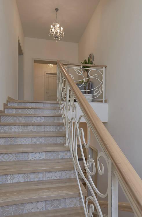 """Усадьба """"Аносино"""": Прихожая, коридор и лестницы в . Автор – ARKETYP"""