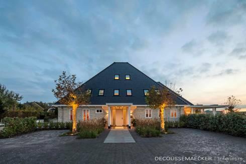 Stolpboerderij in Noord - Holland: landelijke Huizen door Decoussemaecker Interieurs