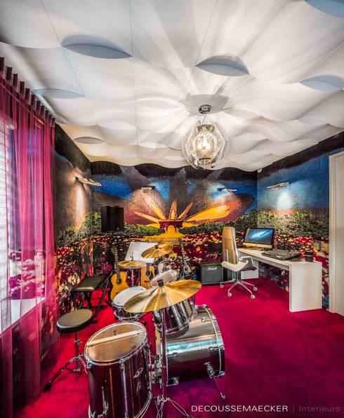 Salas multimedia de estilo  por Decoussemaecker Interieurs
