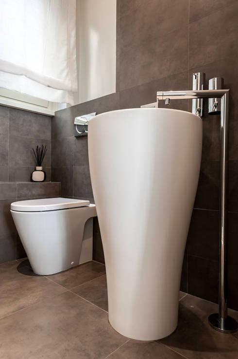 La casa di A: Bagno in stile  di zero6studio - Studio Associato di Architettura