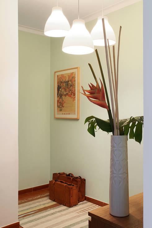 Apartamento Praia Santa Cruz: Corredores e halls de entrada  por Tiago Patricio Rodrigues, Arquitectura e Interiores