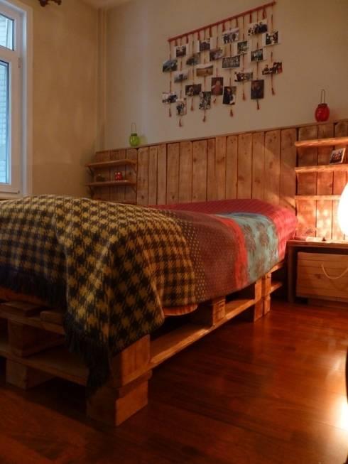 Atölye Butka – Palet Yatak Odası: rustik tarz tarz Yatak Odası