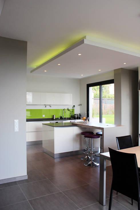 Maison individuelle - Région toulousaine: Cuisine de style  par Atelier d'architecture Pilon & Georges