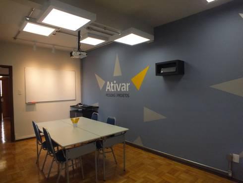 Sala de cursos: Escritórios  por Arketing Identidade e Ambiente