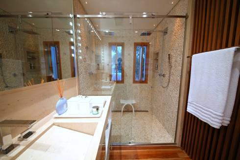 Residência Jardim Marajoara: Banheiros modernos por MeyerCortez arquitetura & design