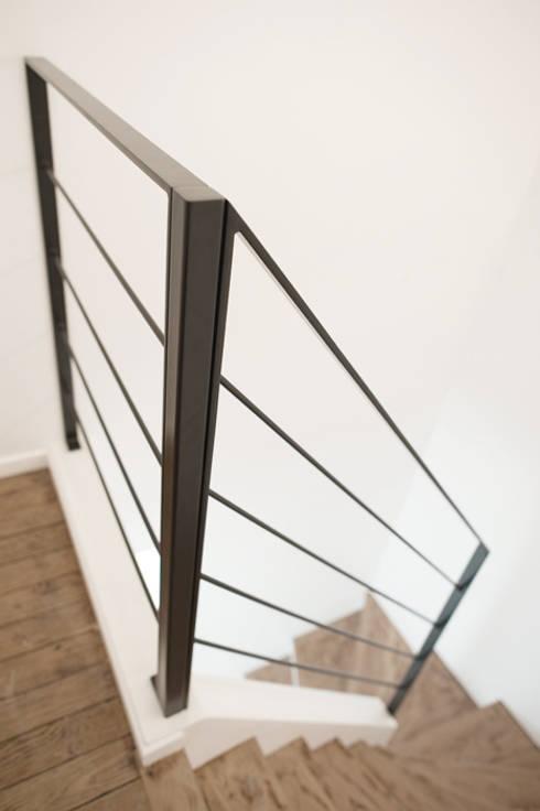 Vestíbulos, pasillos y escaleras de estilo  por Yeme + Saunier