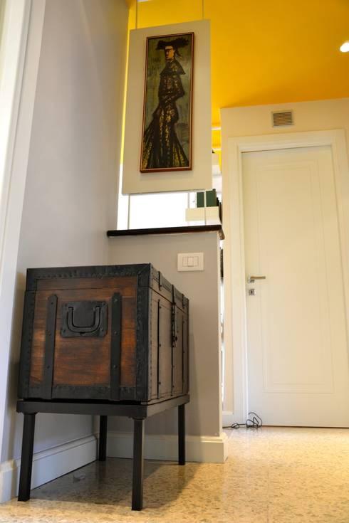 mobile ingresso BAULE: Ingresso, Corridoio & Scale in stile  di Restyling Mobili di Raddi Federica