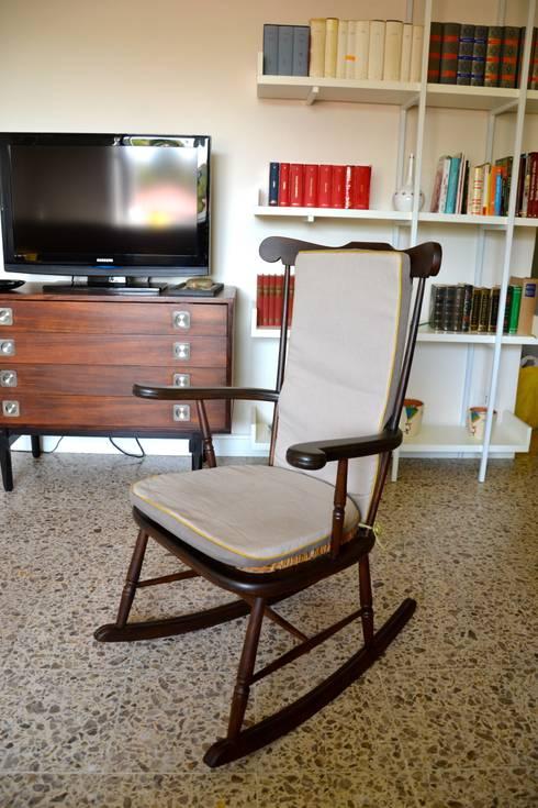 Restyling soggiorno: Soggiorno in stile  di Restyling Mobili di Raddi Federica