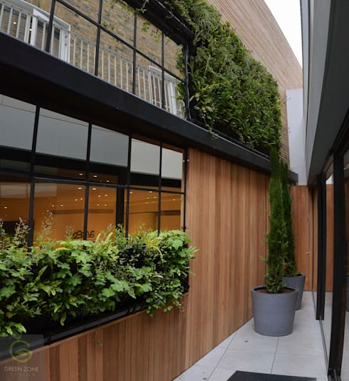 Living wall with mirrors:  Garden by green zone design ltd