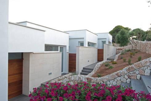 Fachada a norte: Casas de estilo moderno de FG ARQUITECTES
