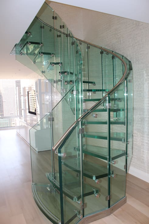 Corredor, vestíbulo e escadas  por Siller Treppen/Stairs/Scale