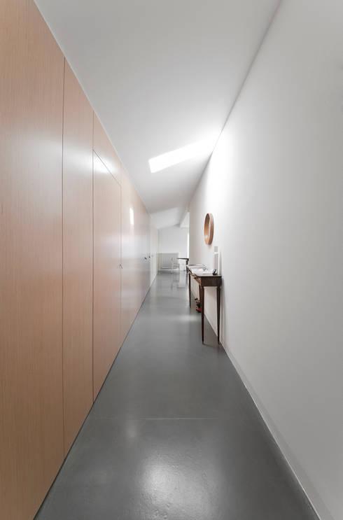 ingresso: Pareti in stile  di studio wok