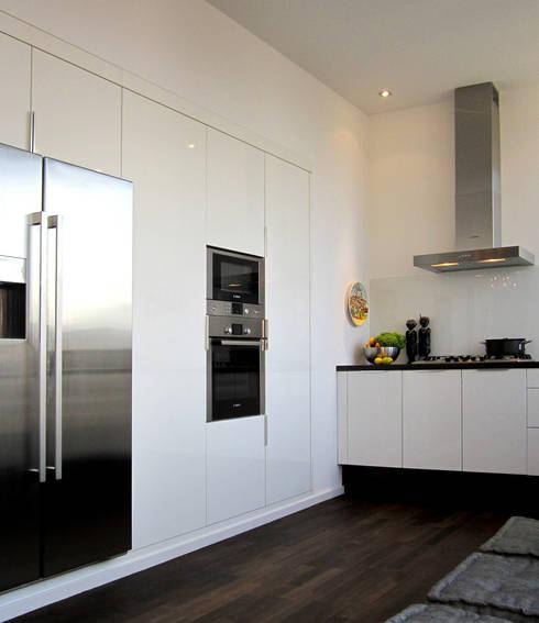 Dachgeschossausbau Berlin Friedrichshain:  Küche von Büro VonSchöngestalt