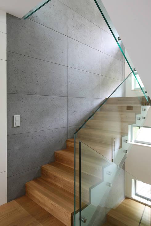 Schody z betonowa ścianą: styl , w kategorii Korytarz, przedpokój zaprojektowany przez living box