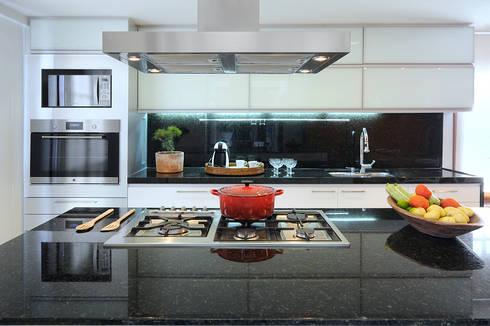 Cozinha Gourmet: Cozinhas modernas por Coutinho+Vilela