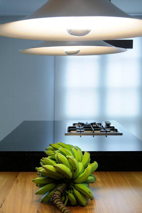 Cozinha Gourmet: Cozinha  por Coutinho+Vilela