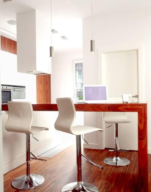 Biała kuchnia z elementami forniru: styl , w kategorii Kuchnia zaprojektowany przez living box