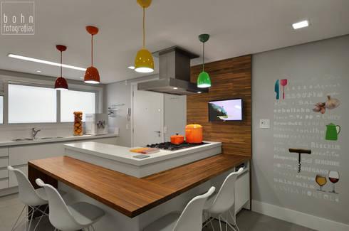 Cozinha Alegre e Sofisticada: Cozinhas modernas por Carolina Burin Arquitetura Ltda