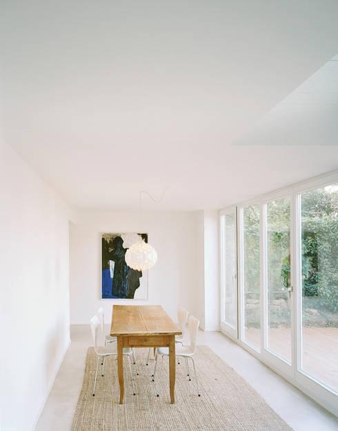 Haus S: minimalistische Esszimmer von urban matters UMnet