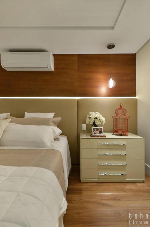 Suite Casal em Tons Neutros: Quartos  por Carolina Burin Arquitetura Ltda