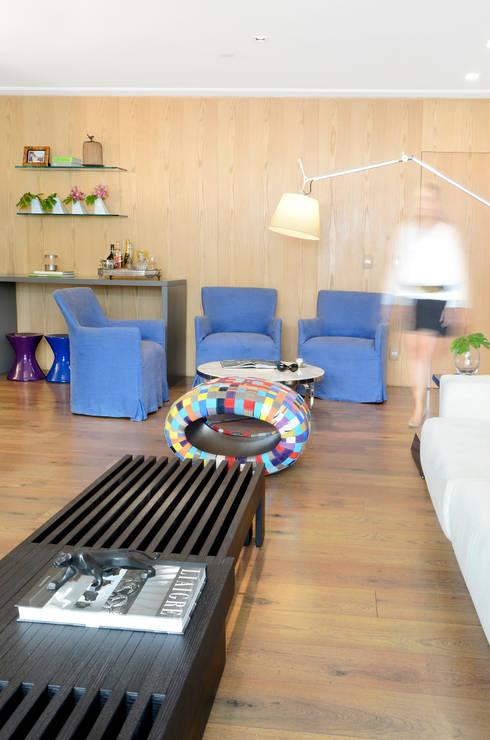 Apartamento Madeira: Salas de estar modernas por Coutinho+Vilela