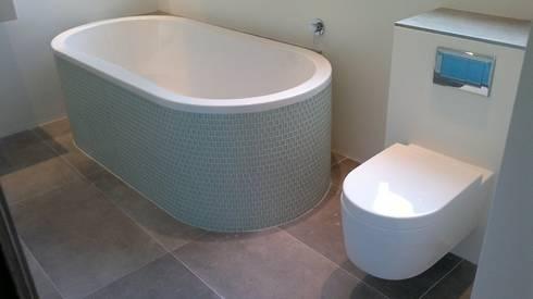 Gastenbadkamer Groningen 2: moderne Badkamer door Badexclusief