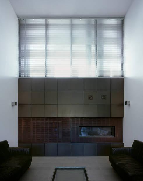 Kamin: minimalistische Wohnzimmer von PaulBretz Architectes