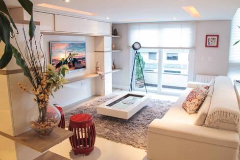 Projeto de Arquitetura de Interiores - Apartamento Família: Salas de estar ecléticas por Sarah & Dalira