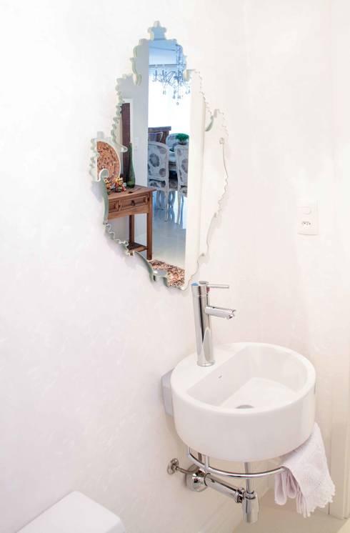 Projeto de Arquitetura de Interiores – Apartamento Família: Banheiros minimalistas por Sarah & Dalira