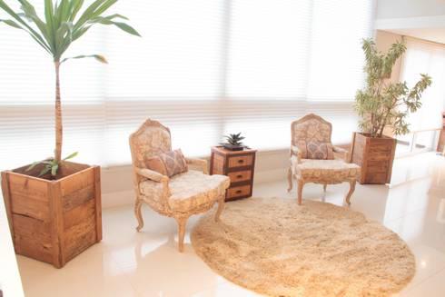 Projeto de Arquitetura de Interiores – Apartamento Família: Salas de estar ecléticas por Sarah & Dalira