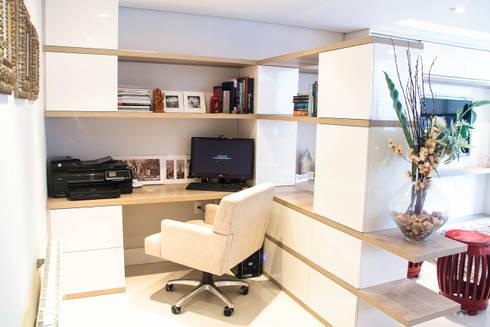 Projeto de Arquitetura de Interiores – Apartamento Família: Escritórios  por Sarah & Dalira