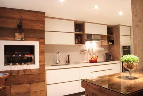 Projeto de Arquitetura de Interiores – Apartamento Família: Cozinhas ecléticas por Sarah & Dalira