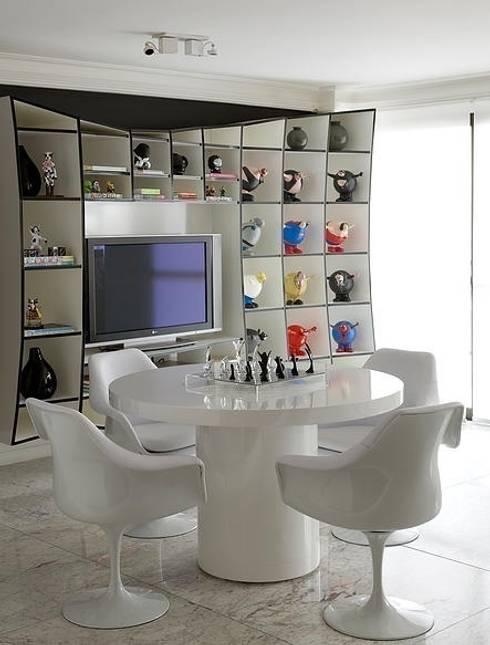 Triplex Moema: Salas multimídia modernas por STUDIO CAMILA VALENTINI