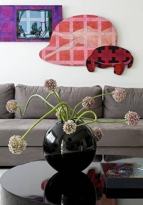 Triplex Moema: Sala de estar  por STUDIO CAMILA VALENTINI
