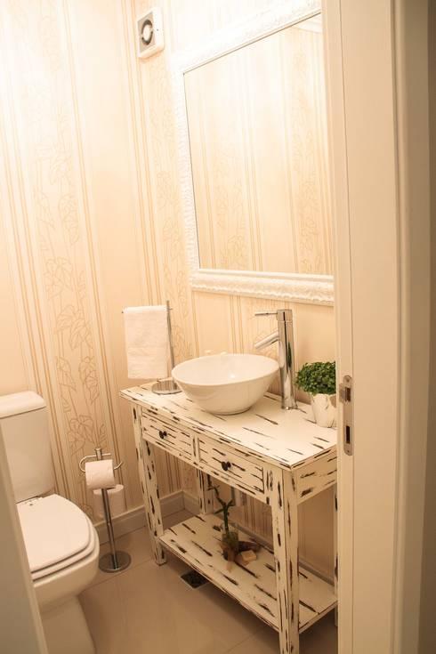 Projeto de Arquitetura de Interiores – Apartamento Casal: Banheiros ecléticos por Sarah & Dalira
