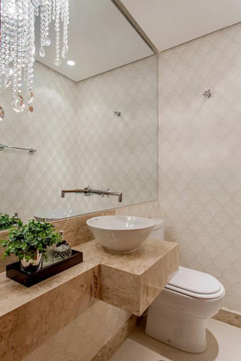 Apartamento Ribeirão Preto: Banheiros modernos por Designer de Interiores e Paisagista Iara Kílaris