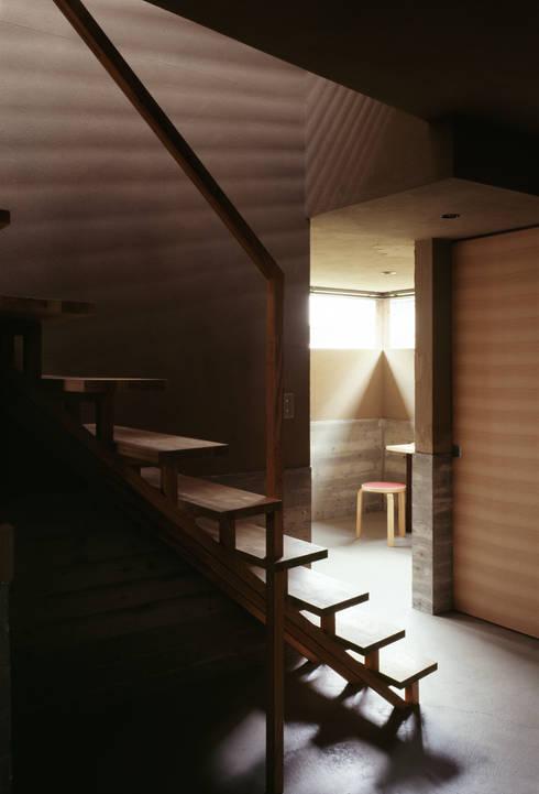 視線の流れ: 合同会社永田大建築設計事務所が手掛けた玄関&廊下&階段です。