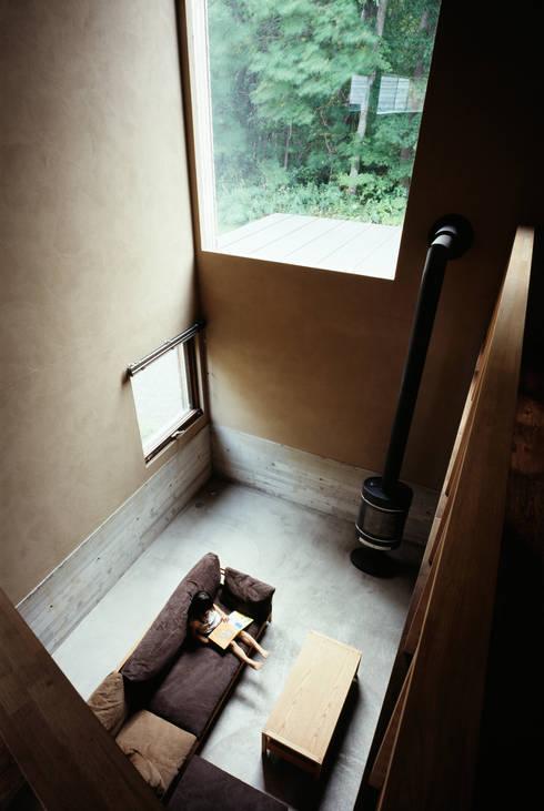 唐松: 合同会社永田大建築設計事務所が手掛けたリビングルームです。