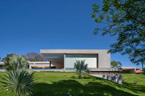 Fachada lateral, Casa Amendoeiras.: Casas modernas por Beth Marquez Interiores