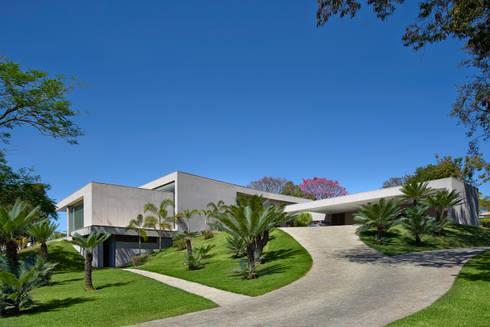 Acesso garagem, Casa Amendoeiras.: Casas modernas por Beth Marquez Interiores