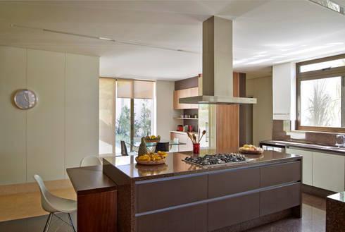 Cozinha, Casa Amendoeiras.: Cozinhas modernas por Beth Marquez Interiores
