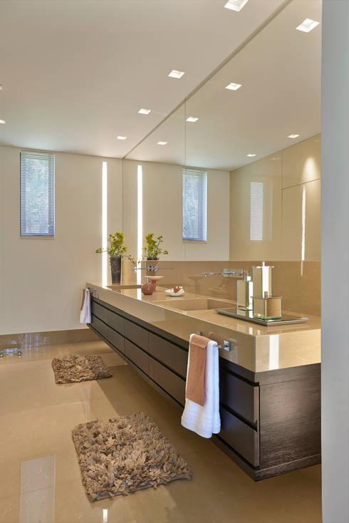 Projekty,  Łazienka zaprojektowane przez Beth Marquez Interiores