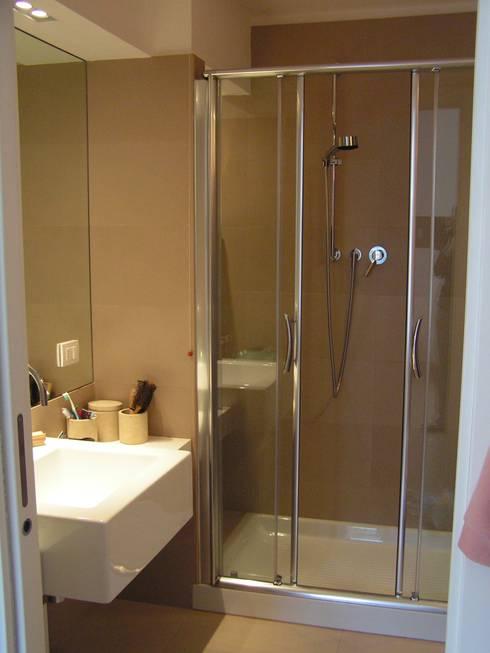 Bagno ospiti: Bagno in stile in stile Moderno di Arch. Silvana Citterio