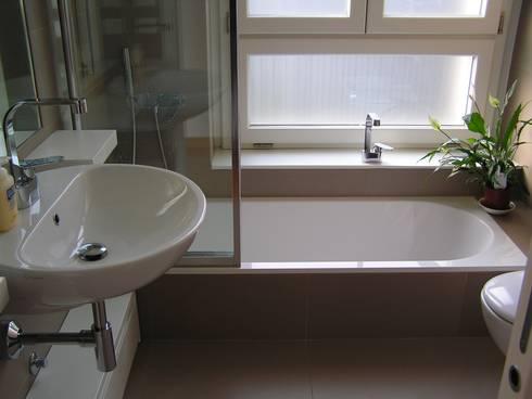 Il bagno padronale: Bagno in stile in stile Moderno di Arch. Silvana Citterio