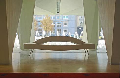Leonardo: minimalistische Woonkamer door Buro Bruno