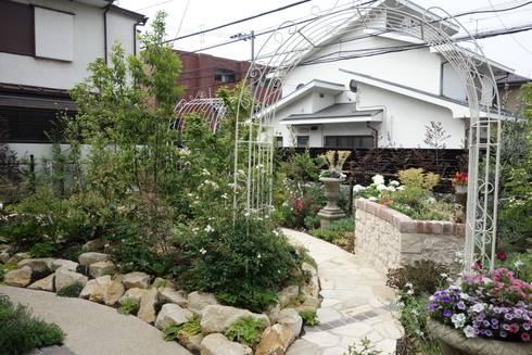 バラを引き立てる庭: 有限会社ガオーが手掛けた庭です。
